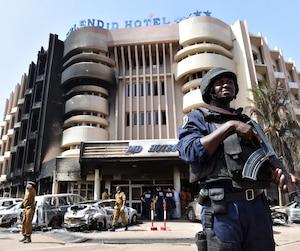 Les autorités ont continué à monter la garde toute la journée de dimanche à l'hôtel Splendid.