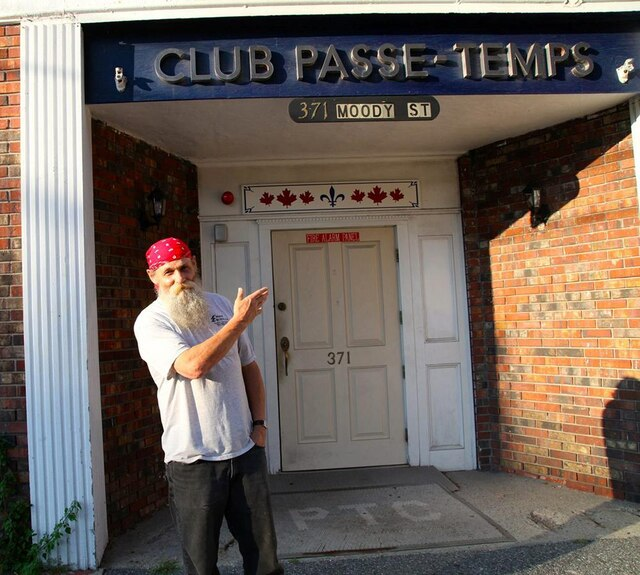 Il reste quelques raresclubs sociaux à Lowell, comme le Passe-Temps.