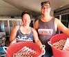 Julie Sirois et Conan Tremblay ont tout quitté pour aller s'établir au Panama. Ils produisent huit tonnes de farine de grillons par mois grâce à la technique qu'ils ont développée pour les élever dans des piscines, où ils ont eau et nourriture à volonté.