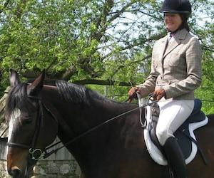 Annette Laroche est une passionnée d'équitation. Elle s'est notamment impliquée dans le Club de chasse à courre de Montréal.