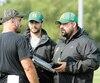 L'entraîneur-chef du Vert et Or, Mathieu Lecompte, s'adressant à des membres de son personnel durant le camp.