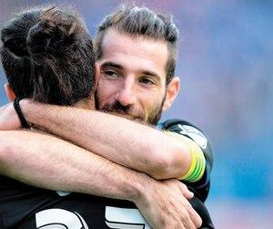 Maximiliano Urruti a servi une chaleureuse accolade à Nacho Piatti vers la fin de la partie dimanche.