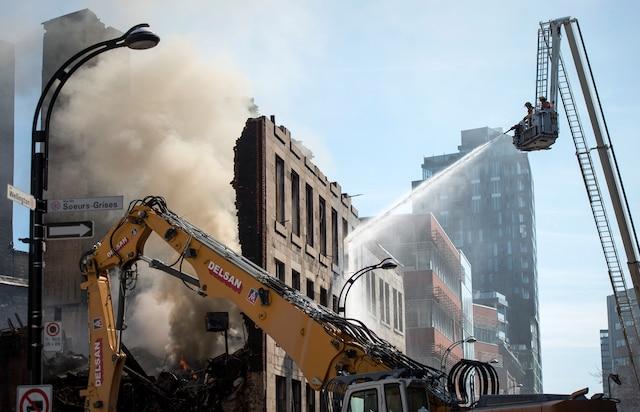 Les pompiers ont continué à arroser le brasier qui avait repris au début de la démolition.