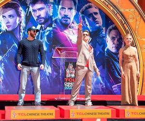 Chris Evans (à gauche), Robert Downey Jr. et Scarlett Johansson