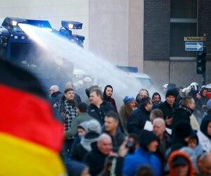 Les autorités ont utilisés un canon à eau hier pour disperser des manifestants anti-immigration à Cologne.