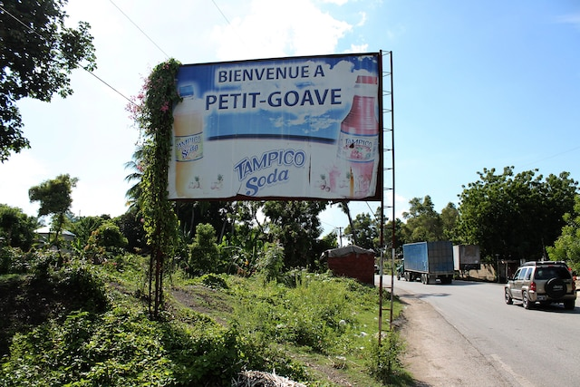 Petit-Goâve, la localité où l'écrivain Dany Laferrière a grandi, est sur la route entre Port-au-Prince et Port-Salut.