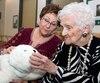 Les deux phoques mécaniques achetés en 2010 au coût de 6000 $ par des CHSLD de Montréal sont toujours bien présents et aident à calmer les aînés. Sur la photo, Pierrette Ainey, 91 ans, hésitait à en prendre un, par crainte de « lui faire mal ».