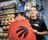 Les fans des Raptors se sont rués sur les produits de leur équipe au Sports Experts du centre commercial Laurier Québec, comme le montre le gérant Kevin Durivage.