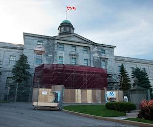 Selon la politique de l'Université McGill, lorsqu'un employé a atteint le maximum de l'échelle, il continue de recevoir des hausses de salaire en fonction de son rendement.
