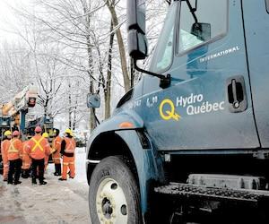 Sur cette photo (à titre illustratif), des employés d'Hydro-Québec s'affairaient à réparer les dégâts causés par une tempête de neige à Sainte-Julie, le 28 février 2013.