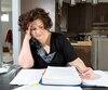 Annie Lajeunesse, une inspectrice des aliments de 39 ans, a dû passer des week-ends entiers dans sa paperasse en compagnie de sa mère pour régler sa situation. D'abord payée en trop lors d'un arrêt de travail, sa rémunération a ensuite complètement cessé. Le gouvernement lui devait plus de 3000$ au moment de rencontrer Le Journal.