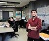 Rizwan Khan dans le quartier général de l'association étudiante du Collège Ahuntsic qui doit être réservé pour accueillir des psychologues. Il dénonce cette approche qui privera les étudiants de plusieurs services.