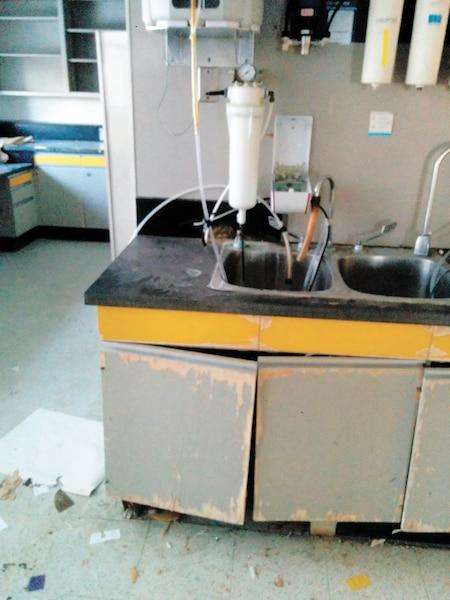 De l'équipement de laboratoire a été abandonné au-dessus du lavabo depuis près de trois ans.