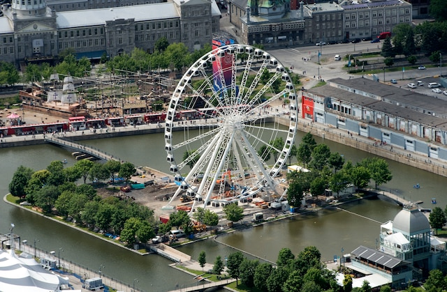 La Grande roue de Montréal vue des airs en hélicoptère