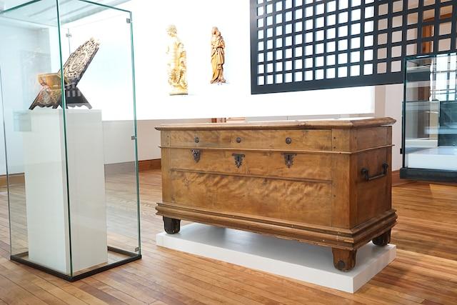 C'est dans ce coffre en bois, qu'on trouve au musée, que les trois Augustines fondatrices ont transporté de la France ce dont elles avaient besoins pour fonder leur premier hôpital.