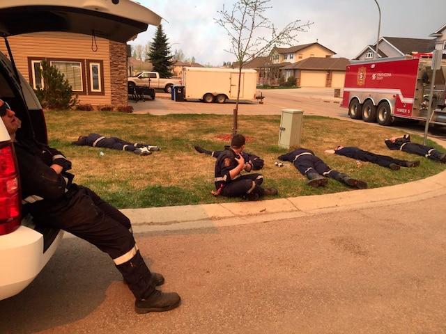 Des pompiers du comté de Strathcona, exténués, se reposaient jeudi matin.
