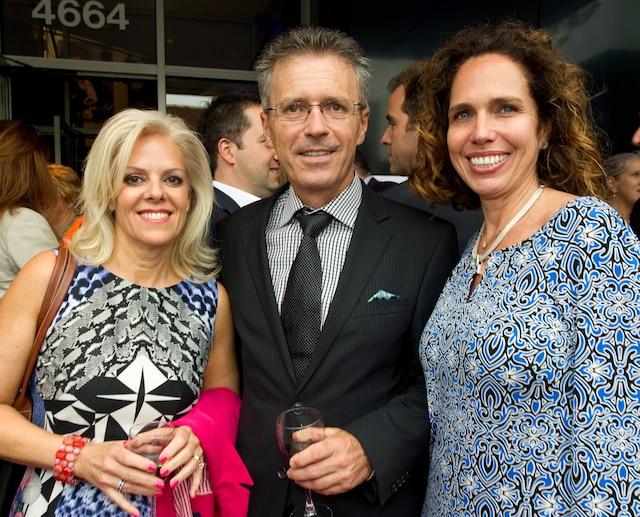 En fin de soirée les invités ont dégusté  le champagne en compagnie des membres de la distribution. Sur la photo on voit Johanne Paradis, Sylvain Vincent, Ernst & Young et Sylvie Fontaine, Fonds Achbée, membre du cabinet de la campagne de financement.