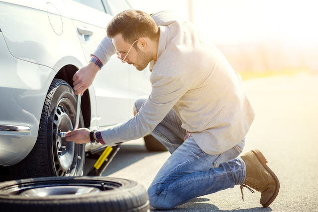 Prenons l'exemple d'une crevaison. Pas besoin d'être mécanicien pour remplacer un pneu dégonflé sur votre véhicule. Cependant, vous aurez besoin de quelques outils essentiels pour effectuer la manœuvre. La roue de secours, le vérin et la barre de dévissage des écrous sont censés se retrouver ensemble dans le coffre de votre voiture.