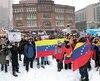 Environ 200 personnes de la communauté vénézuélienne se sont rassemblées dans la joie ausquare Phillips, à Montréal, célébrant l'autoproclamation de Juan Guaido comme président.
