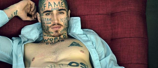 Le mannequin montréalais Vin Los a plus d'une centaine de tatouages sur le corps. Lorsque les mots lui viennent à l'esprit, il les écrit à la main sur un bout de papier et les fait tatouer dès le lendemain.
