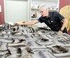 Le service de remodelage est très populaire chez Laliberté. Réjean Lévesque, le gérant et chef de l'atelier, transforme des manteaux en jetée pour une cliente.