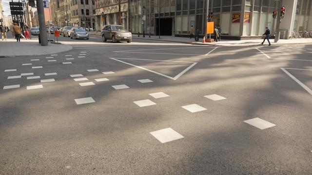 Le nouveau passage piéton en diagonale à l'angle des rues McGill et Saint-Jacques