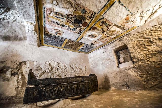 Un tombeau, des sarcophages et plusieurs objets funéraires de l'Égypte ancienne ont été découverts dans une nécropole de Louxor.