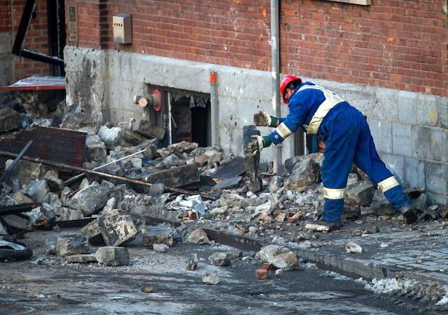 Les employés, qui ont dû courir pour éviter les briques, ont ensuite nettoyé une portion de la rue.