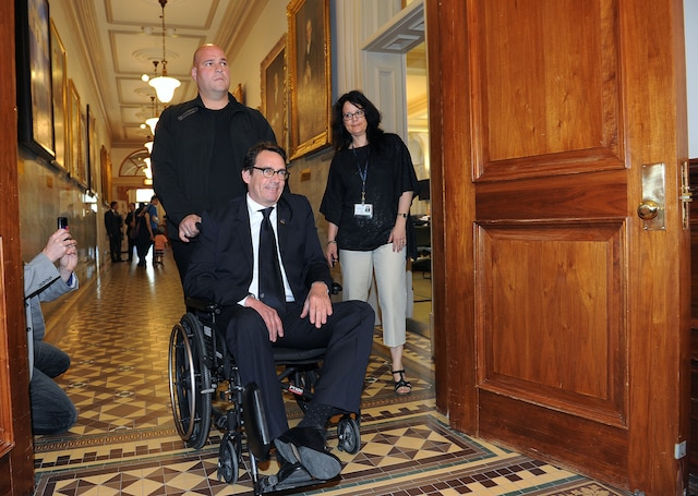 Son retour à l'Assemblée nationale à la suite de son accident de vélo.