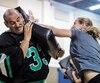 L'instructeur d'autodéfense, George Manoli, vêtu de son équipement matelassé, enseigne aux femmes des coups facilement réalisables et leur indique de viser en priorité les yeux et les parties génitales.