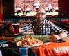 Les restaurateurs de Québec, dont Jonathan Vézina du restaurant Cosmos Lebourgneuf, se préparent pour la folie du Super Bowl dimanche.