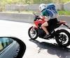 Un couple des Laurentides a pris en photo lundi un motocycliste avec son cellulaire en main alors qu'il conduisait sa moto sur l'autoroute15, à la hauteur de Sainte-Adèle.