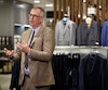 Le grand patron de l'entreprise, Peter Simons, dans le nouveau magasin des Galeries de la Capitale, à Québec, en mars dernier.