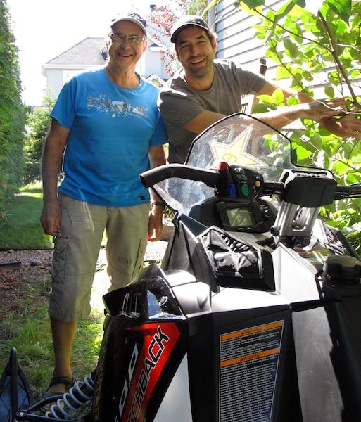 Christian Méthot et son père, Jean, devant la motoneige de 14 000 $ gagnée dans un concours. Elle est en vente 8500 $ sur Kijiji.