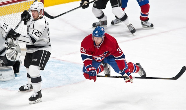 Mise en échec de Dustin Brown sur (32) Travis Moen en première période lors du match opposant les Kings de Los Angeles et le Canadien de Montréal au centre Bell.