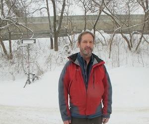 Peter Krantz, un résident de Westmount, est à l'origine d'un recours collectif sur le bruit excessif occasionné par la réfection de l'autoroute Ville-Marie à la fin des années 1990. Il se tient près de l'autoroute l'A-720, située à côté de l'immeuble où il réside.