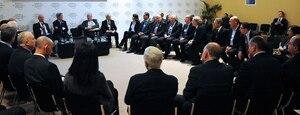 Photo : Atelier au Forum économique mondial de Davos autour du Secrétaire d'État étatsunien John Kerry.