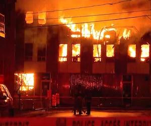 Un incendie majeur fait rage, mardi matin, au centre-ville de Trois-Rivières.