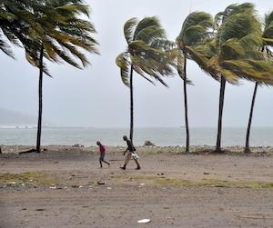 Deux marcheurs bravaient jeudi un vent violent à Cap-Haïtien, ville située au nord d'Haïti, où l'ouragan Irma menaçait de frapper.