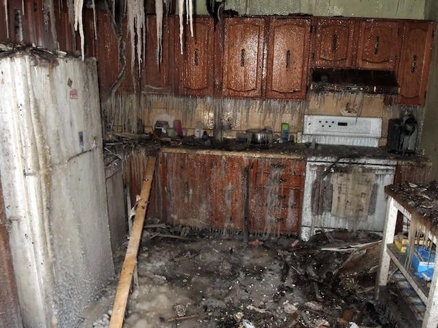 L'eau utilisée pour éteindre l'incendie a transformé le plancher et les murs de la cuisine où Réal Larivière a grandi en patinoire.