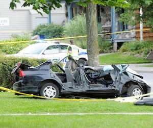 Après avoir volé cette voiture de marque Honda, deux hommes ont fui les policiers et ont percuté cet arbre.