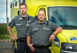 Les paramédics Frédéric Fortin et Patrice Houde, qui travaillent chez Ambulances Demers, ont manifesté hier soir un refus de répondre à un appel potentiel d'Ebola. Leur demande a été refusée par la CSST, mais l'employeur doit améliorer la sécurité d'ici trois semaines.