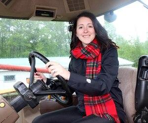 Changement de vie pour Maude Péloquin qui a appris à conduire les tracteurs en plus de réparer certaines machines agricoles défectueuses.
