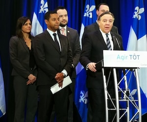 Le premier ministre François Legault accompagné des ministres Isabelle Charest, Lionel Carmant, Mathieu Lacombe et Jean-François Roberge