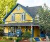 La maison jaune et bleue du B&B Au Saut du lit.
