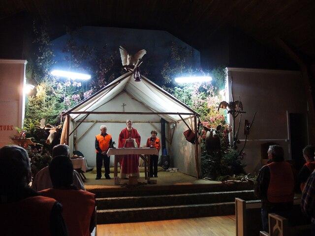 L'autel a été remplacé par une tente surplombée par un harfang des neiges. Plusieurs animaux empaillés entourent aussi le célébrant