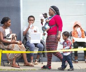 Selon les autorités, de 1000 à 1200 personnes attendent d'être admises au Canada au poste frontalier de Saint-Bernard-de-Lacolle, dont plusieurs femmes et enfants.