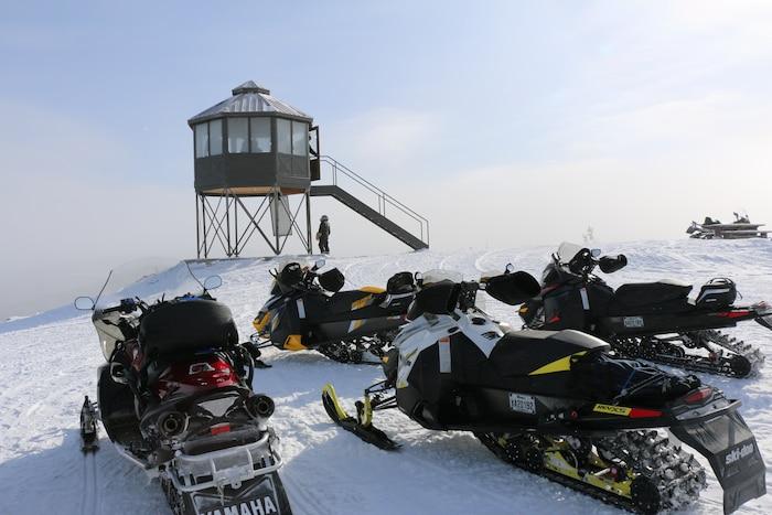 Dans la réserve faunique des Laurentides, les conditions vous permettent toujours de vous rendre au sommet du Mont-Apica pour profiter de la vue qu'offre cette tour construite par l'Association des motoneigistes, en face du relais du Mont-Apica.