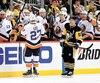 Sidney Crosby passe à proximité du banc des Islanders, alors qu'ils célèbrent le but dans un filet désert d'Anders Lee, marqué quelques instants plus tôt.