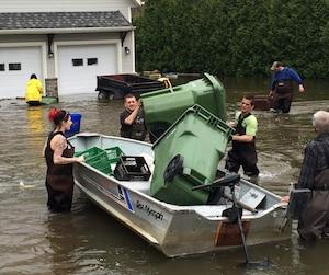 Des citoyens de Pointe-Calumet et de Saint-Joseph-du-Lac se sont organisés pour venir en aide à leurs voisins. Ils se sont servis de caisses de lait et même de grosse poubelle pour mettre des biens à l'abri.